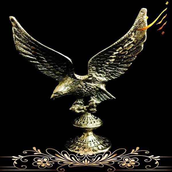 عقاب برنزی روی گوی