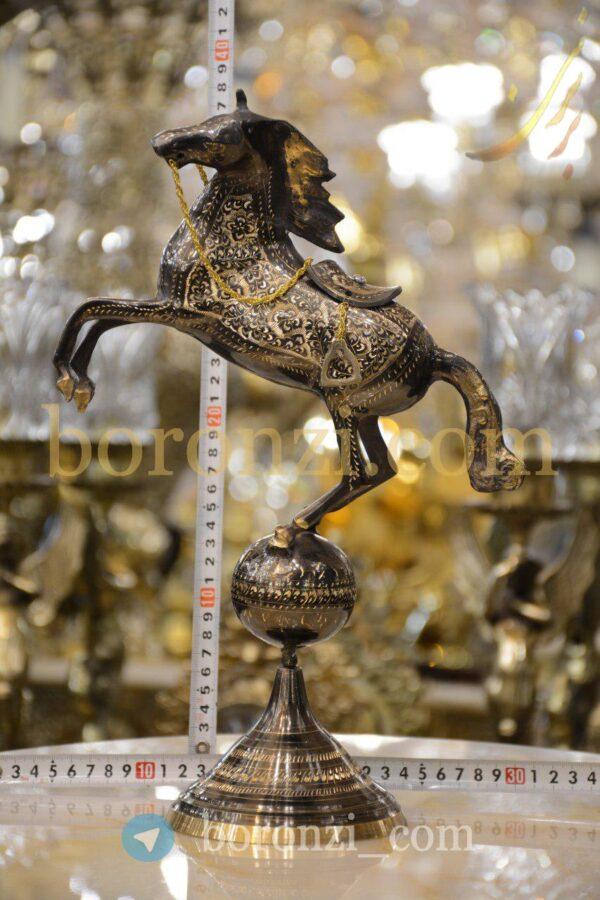 اسب برنزی رو کره سیاه قلم زنی 37 سانت