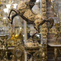 اسب برنزی رو کره سیاه قلم زنی 67 سانت