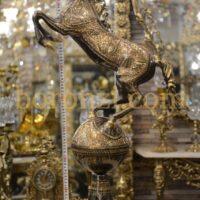 اسب برنزی رو کره سیاه قلم زنی 82 سانت